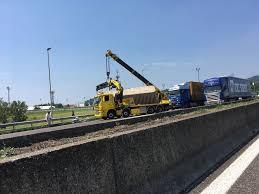 Incidente in A4, camion ribaltato all'altezza di Rovato ...