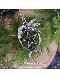 this pentagram pendant surmounted with a raven skull and few feathers is totally handmade with high quality pewter it is decorated with two natural