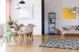 Schwarz Weiß Lampe über Esstisch Mit Minze Und Weißen Stühlen In
