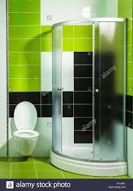 Modernes Badezimmer Mit Dusche Und Stilvollen Fliesen In Grün Und