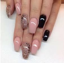 Con la decoración de uñas negras podemos lograr diferentes diseños de el rosa es el color representativo de las mujeres, es un color muy femenino y por supuesto no podía faltas en las decoraciones de uñas. Unas Rosas Con Negro Elegantes Unas Acrilicas