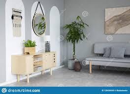 Spiegel Boven Houten Kast Met Lamp In Grijze Woonkamer Inter Stock
