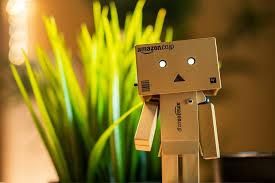 Petit robot fait de carton Amazon