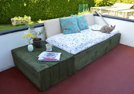 Pallet-Based Day Bed For Your Patio!