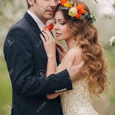 Mariage Couplethe Mari Est Un Jeune Homme Darkhaired Dans Un