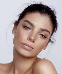 bronzy summer makeup look summer glow pink lips bushy eyebrows model makeup