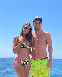 ميسي ينشر صورة مثيرة جداً لزوجته على البحر! - شبكة لالش الاعلامية