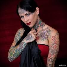 татуированная девушка с татуировкой на лбу Tatufotocom