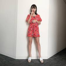 赤いセットアップの藤田ニコル