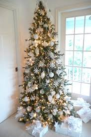 What do you guys think about the all white ornaments? I really like the way  these pieces come together with some whites, cremes and sparkles! xmas tree