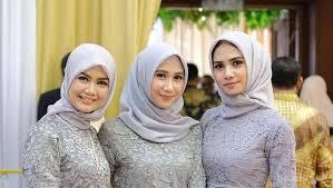 Sebetulnya, memilih model baju kondangan bukanlah hal yang rumit. Cantik Dan Menawan 7 Model Baju Pesta Muslim Sederhana Ini Cocok Banget Buat Kondangan