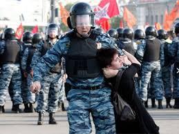 Картинки по запросу полицейский тащит девушку демонстранта