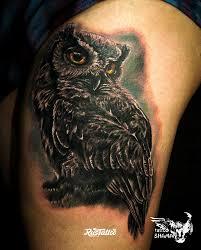фото татуировки сова в стиле реализм татуировки на бедре