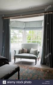 Blauen Vorhängen Und Einem Sofa Im Schlafzimmer Stockfoto Bild