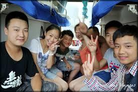 grupo de adolescentes que volvían de un camento que ean en nuestro mismo vagón tren guilin a chendú china