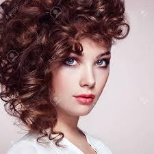Brunette Femme Aux Cheveux Bouclés Et Brillant Beau Modèle Avec Coiffure Ondulée Photo De Mode