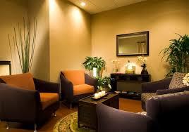Idee Dipingere Mansarda : Divano arancione colore pareti divani i colori e la luce