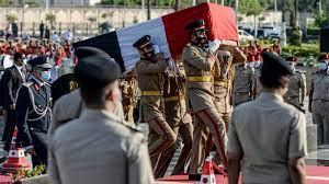 """تشييع جثمان جيهان السادات في جنازة عسكرية """"مهيبة"""" بحضور السيسي (فيديو)"""