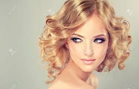 髪型でかなりブロンドの女の子は髪をカールしましたミディアムの長さ