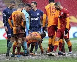 Yoğun kar yağışı Galatasaray - Kasımpaşa maçını olumsuz etkiledi! Saha  zemini çamura döndü... - Galeri - Spor
