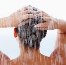 Resultado de imagem para lavar cabelo