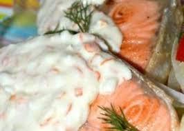 Семга с щавелевым соусом и кабачками, тушенными в сметане