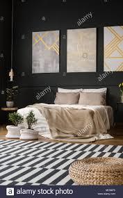 Retro Schlafzimmer Innenraum Mit Teppich Mit Bett Und Pflanzen In