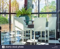 Weiß Braun Weben Weben Stühle Und Tisch Im Restaurant Moderner