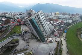 Arahangempa ini dirasakan untuk diteruskan pada masyarakat. Sejarah Hari Ini Gempa Taiwan Tewaskan Ribuan Orang Republika Online