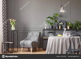 Rosa Blüten Neben Grauen Sessel Flachen Innenraum Mit Runder