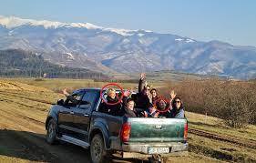 Sfidarea regulilor la nivel înalt. La o zi după ce Guvernul a anunțat noi restricții, ministrul Raluca Turcan și președinta CJ Sibiu s-au înghesuit într-o remorcă cu opt persoane, între care și