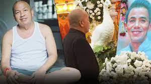 ชาวเน็ตแห่อาลัย แชร์ภาพ น้าค่อม ยืนหน้าภาพงานศพ โรเบิร์ต - ข่าวสด