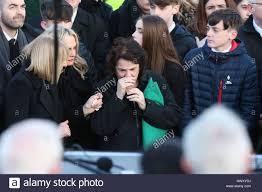 Bernie Mcguinness steht das Grab des Nordirlandes ehemalige ...