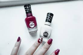 cue tip sally hansen s strengthening nail polish remover and top with the miracle gel topcoat voila a very gel like finish with no need for ls