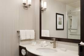 hilton garden inn boston logan airport 2 queen guestroom 1062300