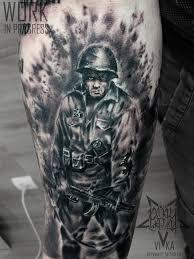 солдат в черно сером реализме татуировка на предплечье рукав в