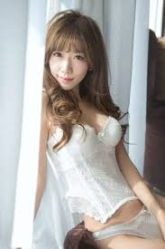 jovencita china posa y en ropa interior transpae