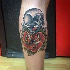 тату в стиле олд скул на голени парня роза и череп фото рисунки