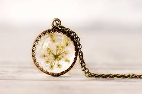 i make resin jewelry with real flowers