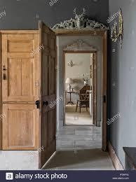 Blick Durch Hölzerne Tür In Restaurierten Bauernhaus Norfolk
