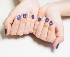 ženské Ruce S Profesionální Modré A Stříbrné Manikúra Stock