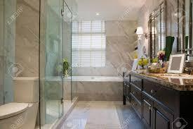Luxus Badezimmer Mit Schönen Dekoration Lizenzfreie Fotos Bilder