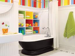 Kinder Badezimmer Designs Mit Bunten Tapeten Und Weißen Fliesen Auch
