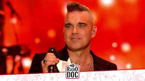 Robbie Williams non ricorda più i testi delle sue canzoni per via di un  passato tra alcol e droghe – Radio DOC