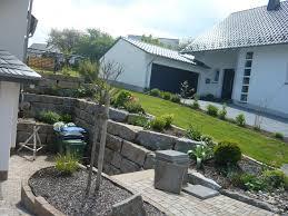 Gabionenmauer am hang ausbauen und erweitern | hangsicherung | hochbeet. Garten Mit Mauer Aus Grossformatigen Blocken Natursteinsteelen Palisaden Treppe Aus Natursteinstufen