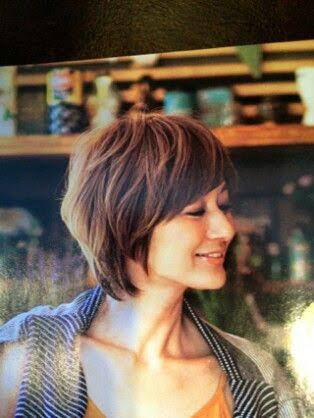 目をつむる富岡佳子