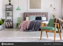 Grünes Holz Sessel Im Schlafzimmer Stockfoto Photographeeeu