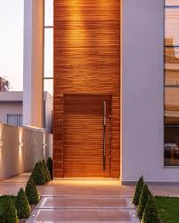 Painéis de madeira podem ser utilizados no revestimento de fachadas para aquecer o desenho reto e moderno das casas contemporâneas. Fachada De Casa Com Paineis De Madeira E 3d Cimenticio Decor Salteado