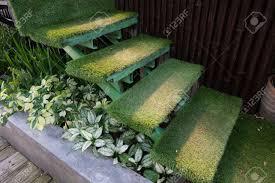 Indirekte beleuchtung unter der decke. Grune Gras Treppe Im Garten Unter Dekoration Hausgarten Lizenzfreie Fotos Bilder Und Stock Fotografie Image 47732205
