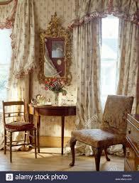 Floral Gardinen Und Pelmet Am Fenster Im Schlafzimmer Mit Antiken